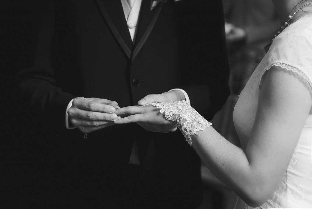 Les mains et alliances de Albane et Aymeric lors de la cérémonie